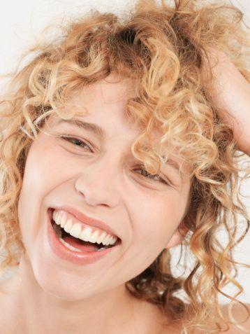 Elektriklenen saçlar için...  Ani sıcaklık değişimleri saç yapısını zorlar. Bunun neticesinde saçlar elektrikle yüklenir. Saç telleri havaya uçuşur ve kötü bir görünüm alır.  Tedavi: Elinize biraz şekillendirme kremi alın. Bunu avucunuza iyice yayın. Saçlarınızın üzerine sürün. Gerekirse bitki özleri içeren nemlendirme losyonları da sıkabilirsiniz. Yapacağınız bu işlemler saçlarınızın elektriğini alır. Eğer aceleniz varsa saçlarınızı suyla hafifçe nemlendirebilirsiniz.  Uzun vadeli tedavi: Düzenli olarak yapılandırma kürleri kullanın. Bu şekilde saçlarınızın nem dengesini düzenler ve hasarları giderirsiniz. Doğal maddeden yapılan fırçalar, kemik, ahşap ya da metalden yapılmış taraklar kullanın.